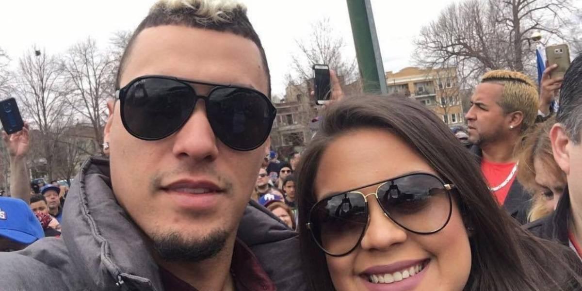 Javy Báez felicita a su esposa y muestra su barriguita