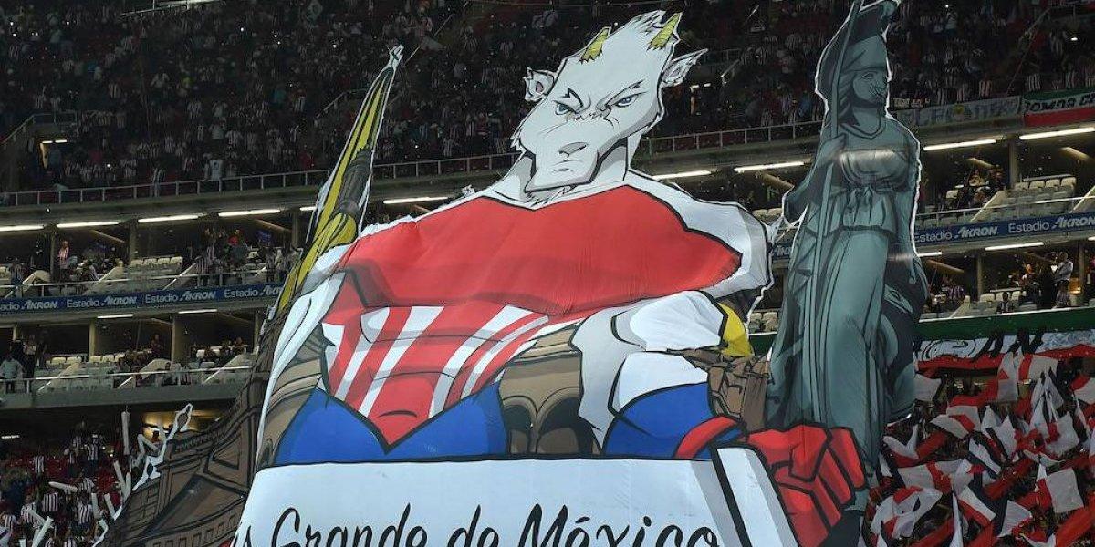 Afición de Chivas apoya al equipo con 'tifo' durante juego ante Red Bulls