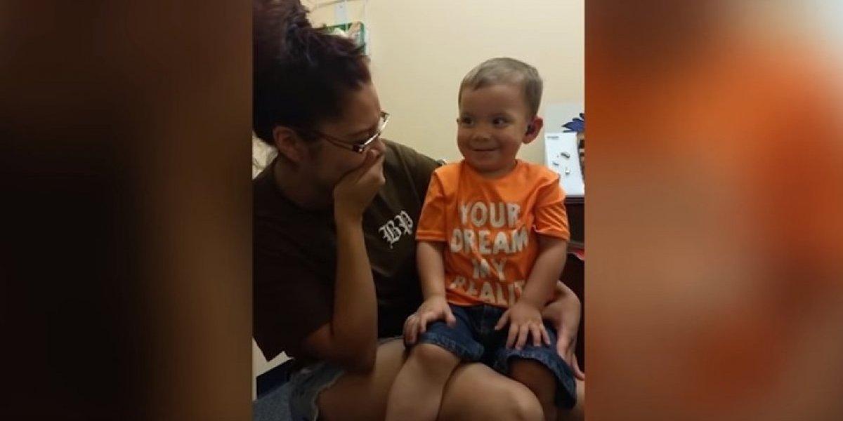 Reação de criança surda ao ouvir a voz da mãe pela primeira vez faz sucesso nas redes sociais