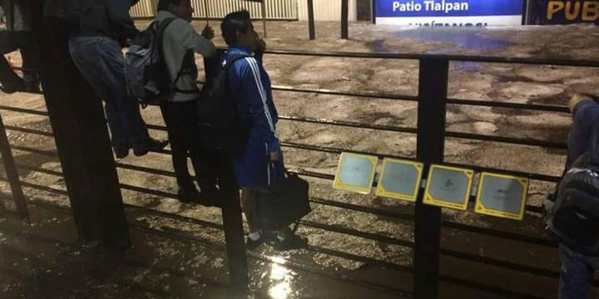 Lluvias dejan inundaciones y desbordamiento de río en el sur de la CDMX