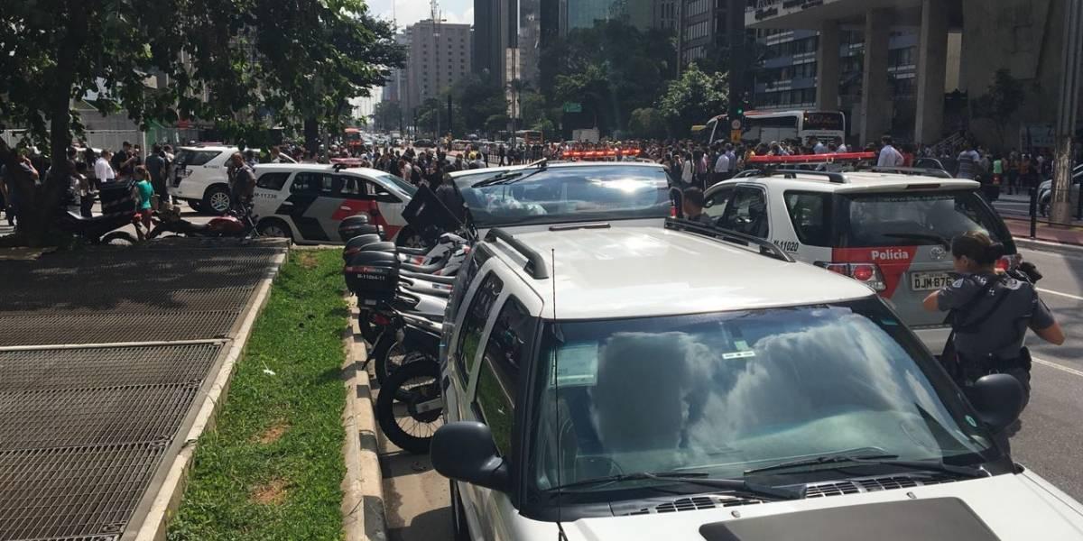 Avenida Paulista é bloqueada após mulher com faca fazer outra de refém