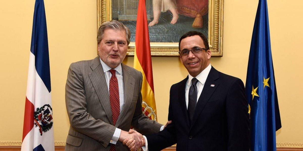 Navarro trabaja acuerdo con ministro de Educación de España para TV Educativa