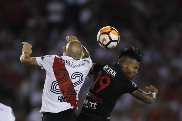 Atajada de Franco Armani a William Tesillo en Copa Libertadores