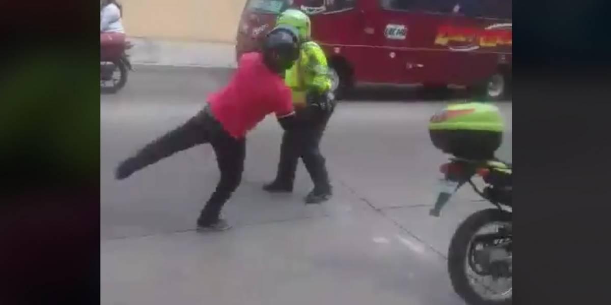 A puños, motociclista agredió policía de tránsito que lo detuvo