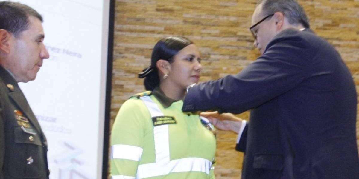 """Patrullera que soportó al excandidato """"usted no sabe quién soy yo"""" fue condecorada"""