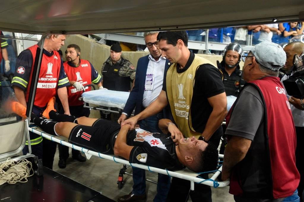 Paulinho abandonó el campo severamente lesionado / Foto: Getty Images