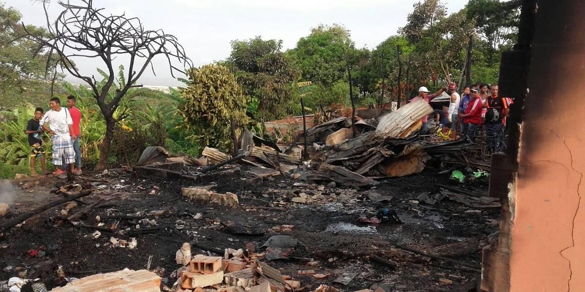 Mujer incendia su casa al encontrar a su esposo con dos mujeres