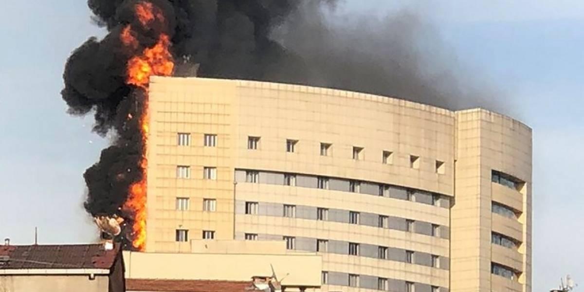 EN IMÁGENES. Incendio engulle un hospital en el centro de Estambul
