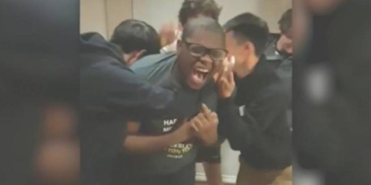 Así fue la reacción de un joven al enterarse que ha sido aceptado en 20 universidades de EEUU