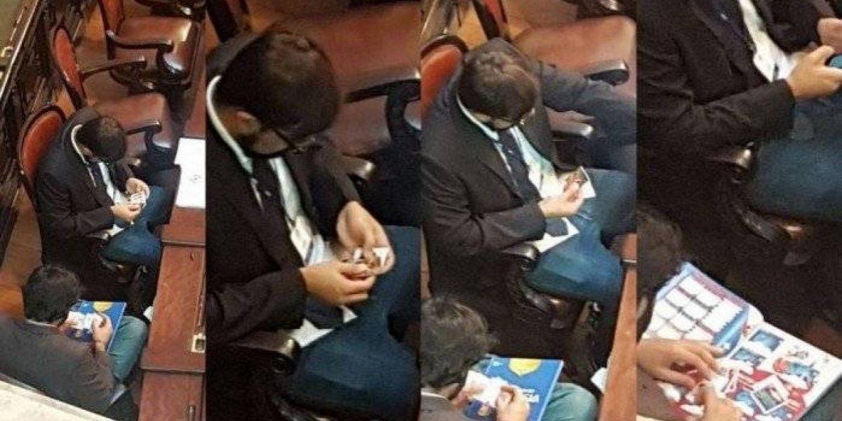 Captan en Asamblea Legislativa intercambio de estampitas del álbum del Mundial