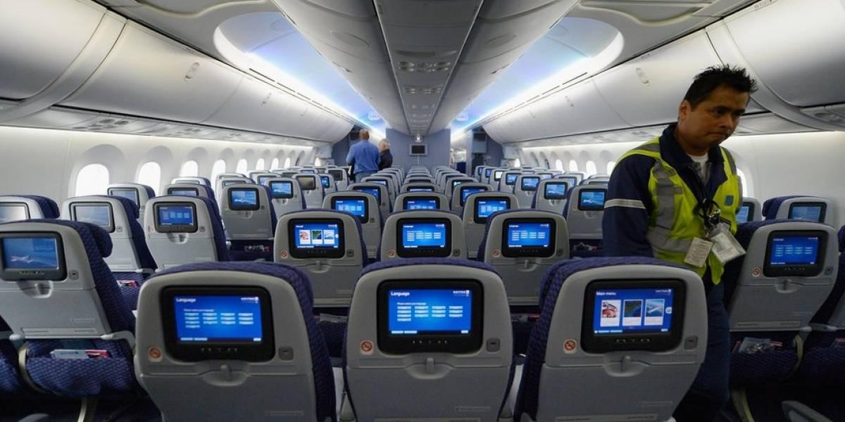 Mujer infectada de COVID-19 muere dentro de un avión