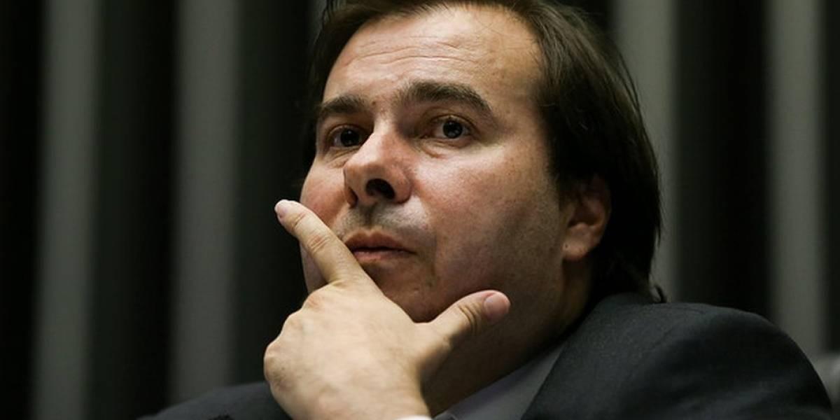 Após críticas de Carlos Bolsonaro, Maia ameaça abandonar reforma da Previdência