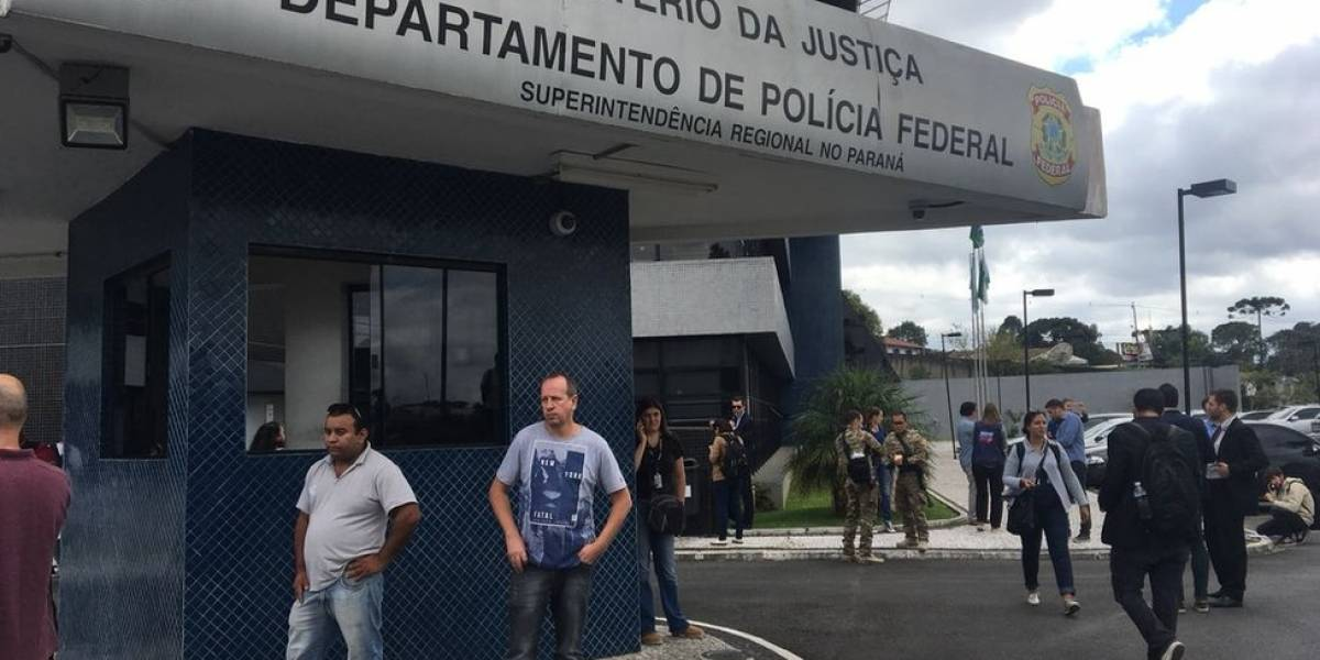 """À espera de """"circo pegar fogo"""", PF de Curitiba tem poucos manifestantes e """"ambiente humanizado"""" para Lula"""