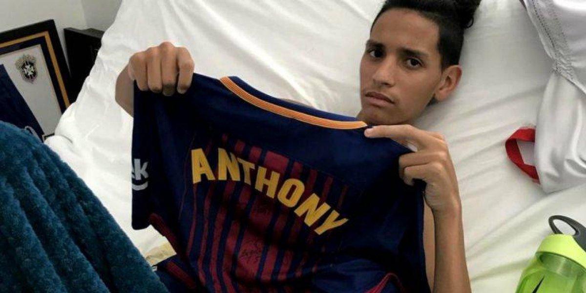 ¡Qué detalle! Barcelona viste de héroe a joven estudiante