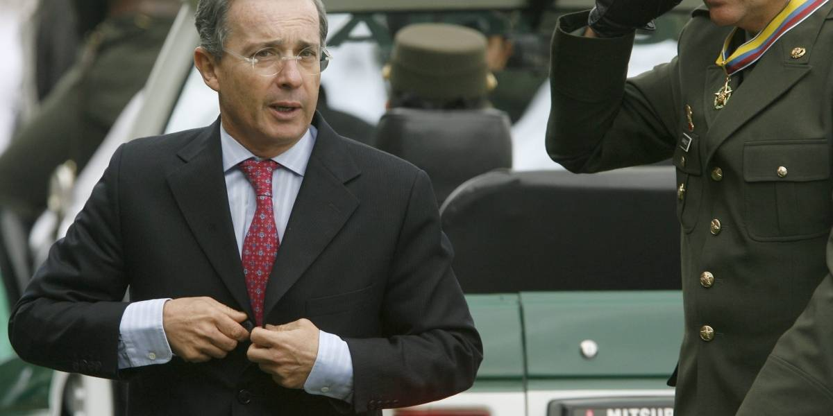 Álvaro Uribe respalda a los generales llamados a juicio en Ecuador