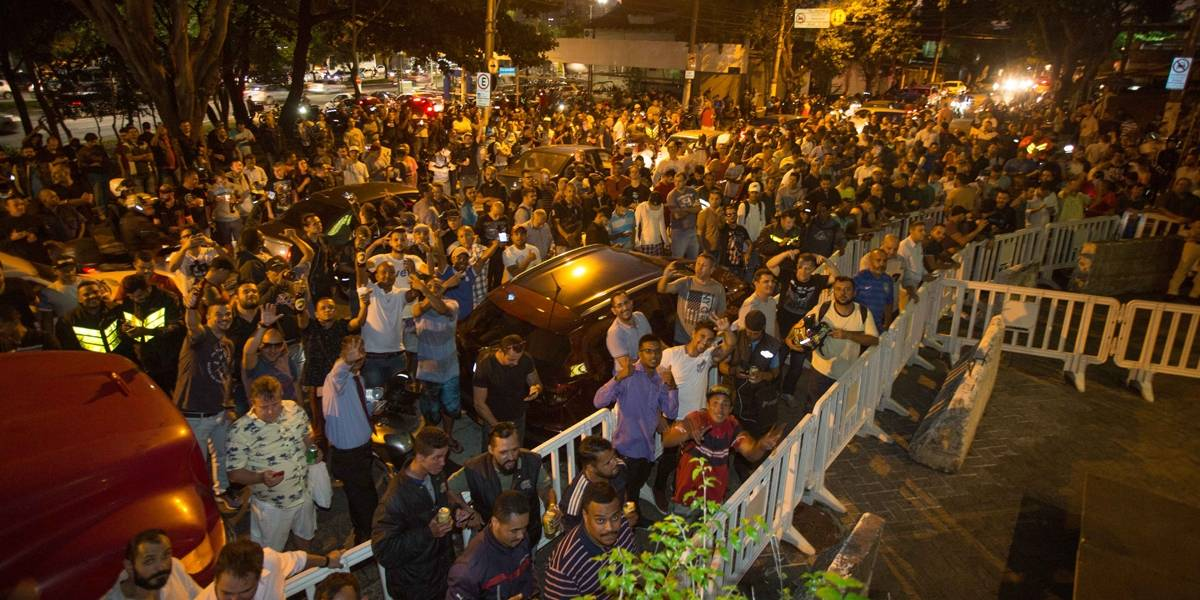 Multidão faz fila para cobrar promessa de 'cerveja grátis' após prisão de Lula