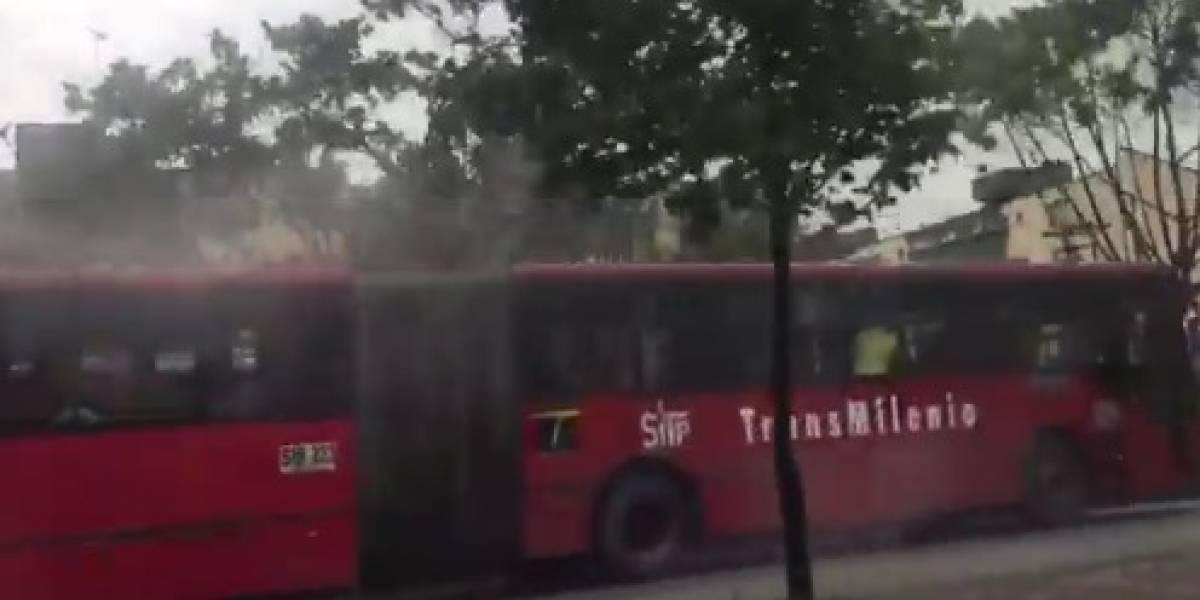 Otro bus de TransMilenio se incendió en plena calle del norte de Bogotá