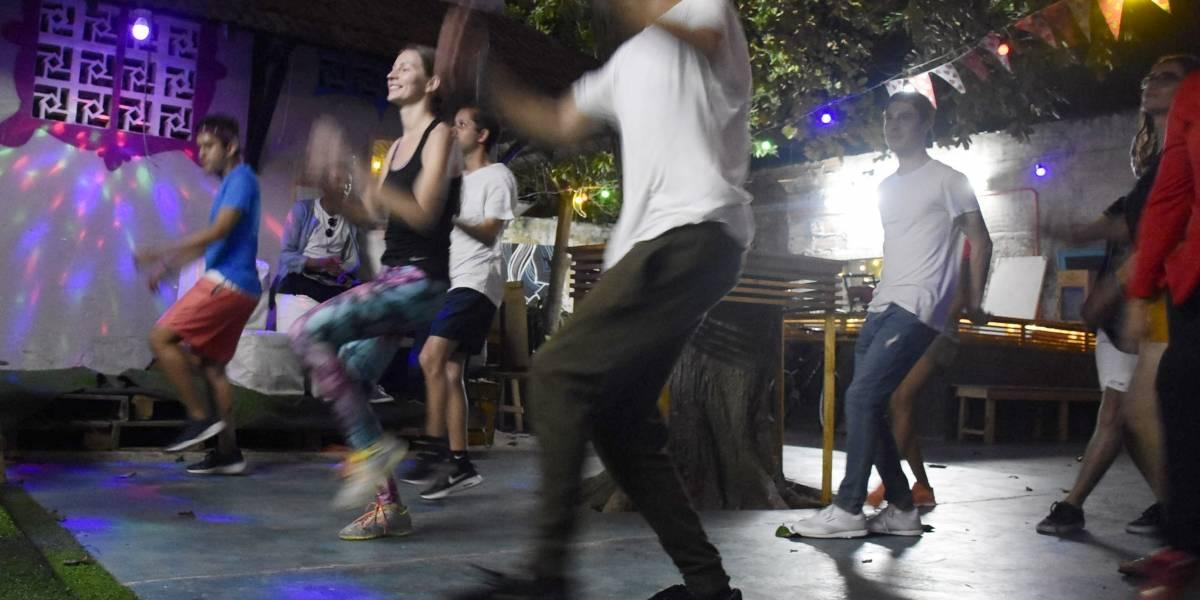 """Así aprenden los extranjeros """"a tirar pase"""" con la organización de jóvenes 'Quilla Baila'"""