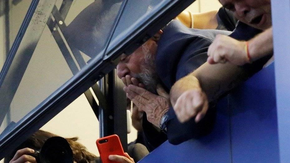 Lula saluda a simpatizantes