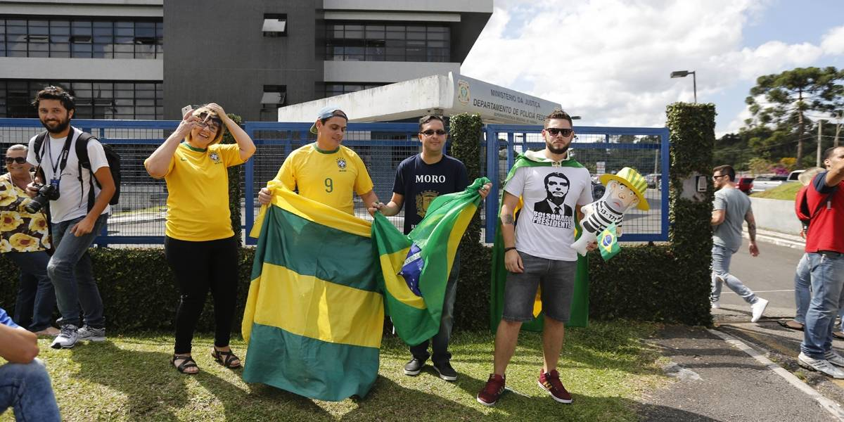 Manifestantes fazem ato contra Lula em frente à sede da Polícia Federal