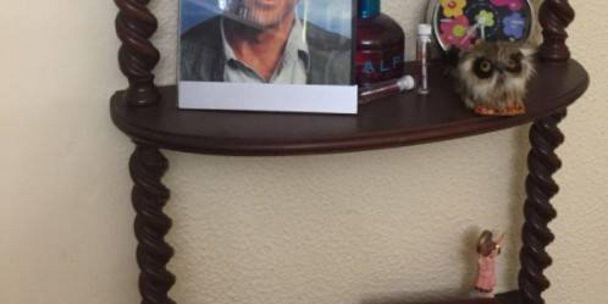 Como un miembro más de la familia: Llegó a la casa de su abuela y encontró una foto en un mueble que desató la risa de todos y se volvió viral