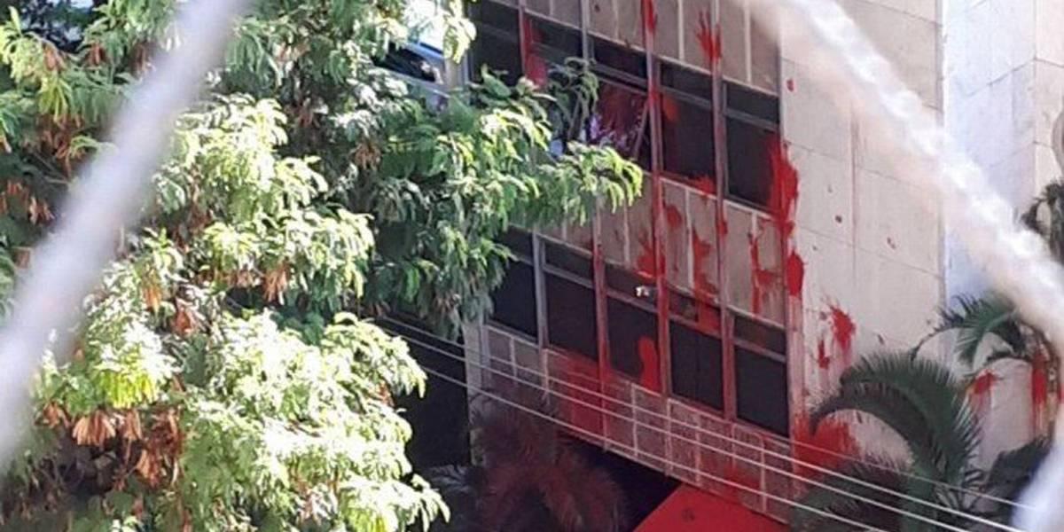 Prédio de Carmen Lúcia é pichado de vermelho por manifestantes pró-Lula