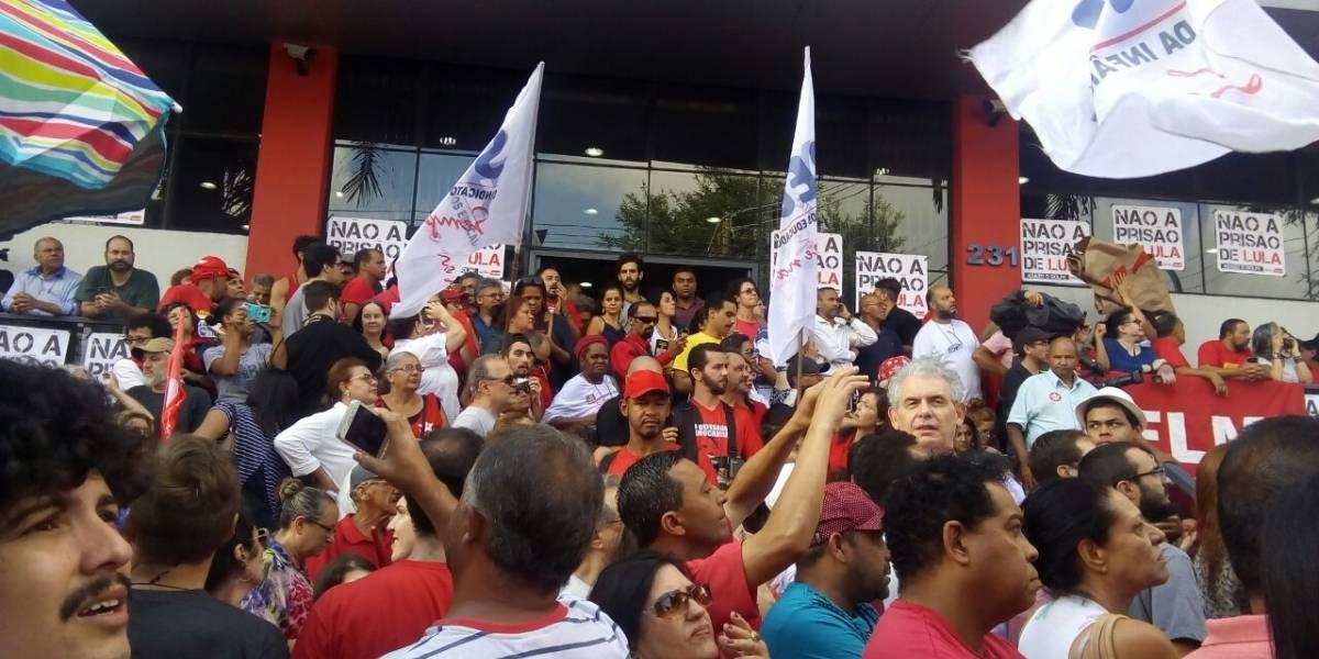 Manifestantes aguardam fala de Lula no Sindicato dos Metalúrgicos do ABC
