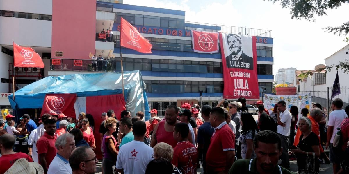 24 horas após fim do prazo, Lula continua no sindicato dos Metalúrgicos