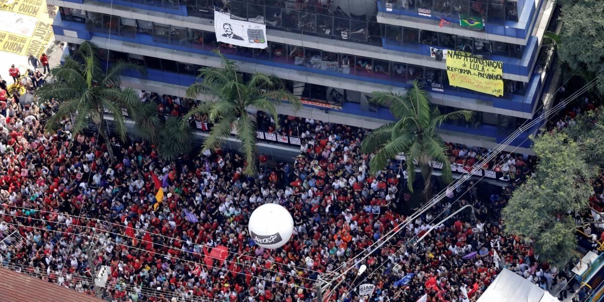 Lula volta para dentro do sindicato após militantes impedirem saída de carro