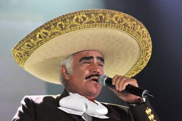Vicente Fernández tocó el seno de una joven admiradora y todo quedó en video