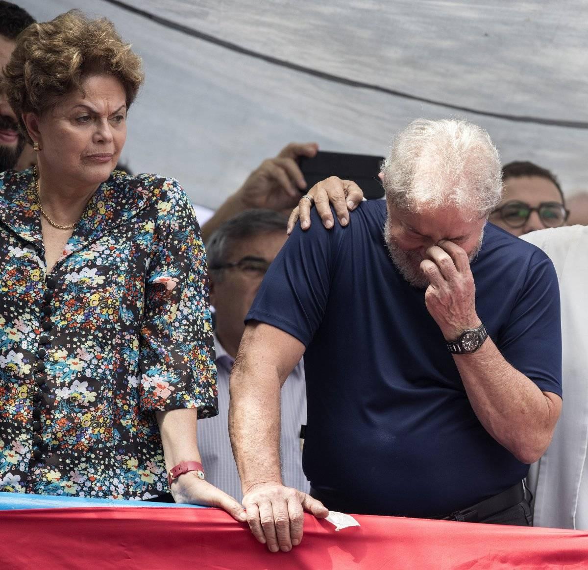 a expresidenta de Brasil Dilma Rousseff (i) acompaña el expresidente brasileño Luiz Inacio Lula da Silva EFE