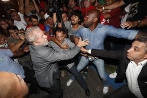 El expresidente brasileño Luiz Inácio Lula da Silva (i) abandona la sede del Sindicato de los Metalúrgicos de Sao Bernardo do Campo (Brasil)
