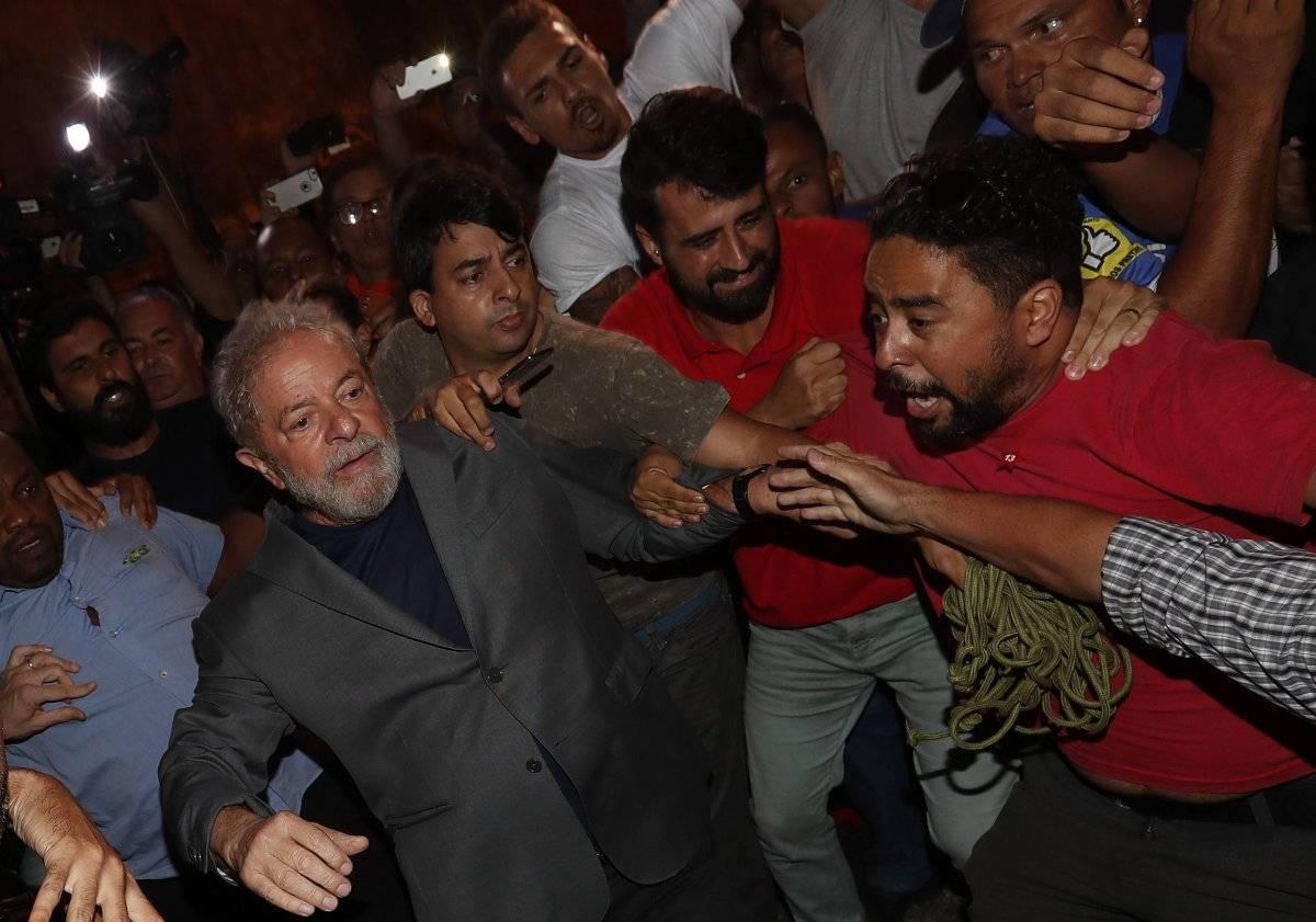 El expresidente brasileño Luiz Inácio Lula da Silva (i) abandona la sede del Sindicato de los Metalúrgicos de Sao Bernardo do Campo (Brasil) EFE