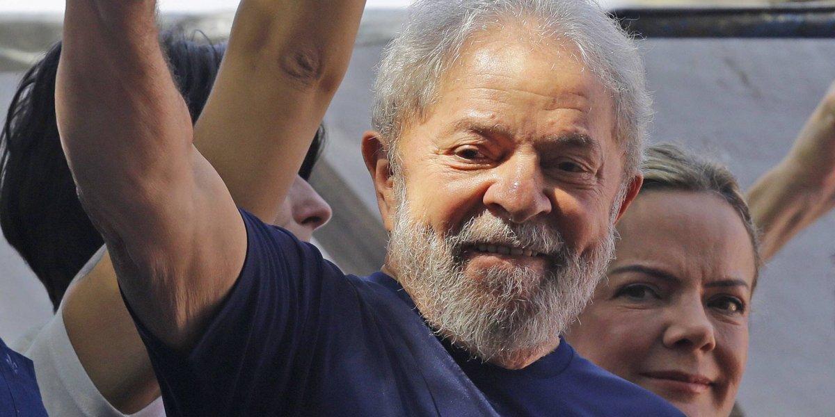 Reaparece Lula da Silva en misa por su esposa