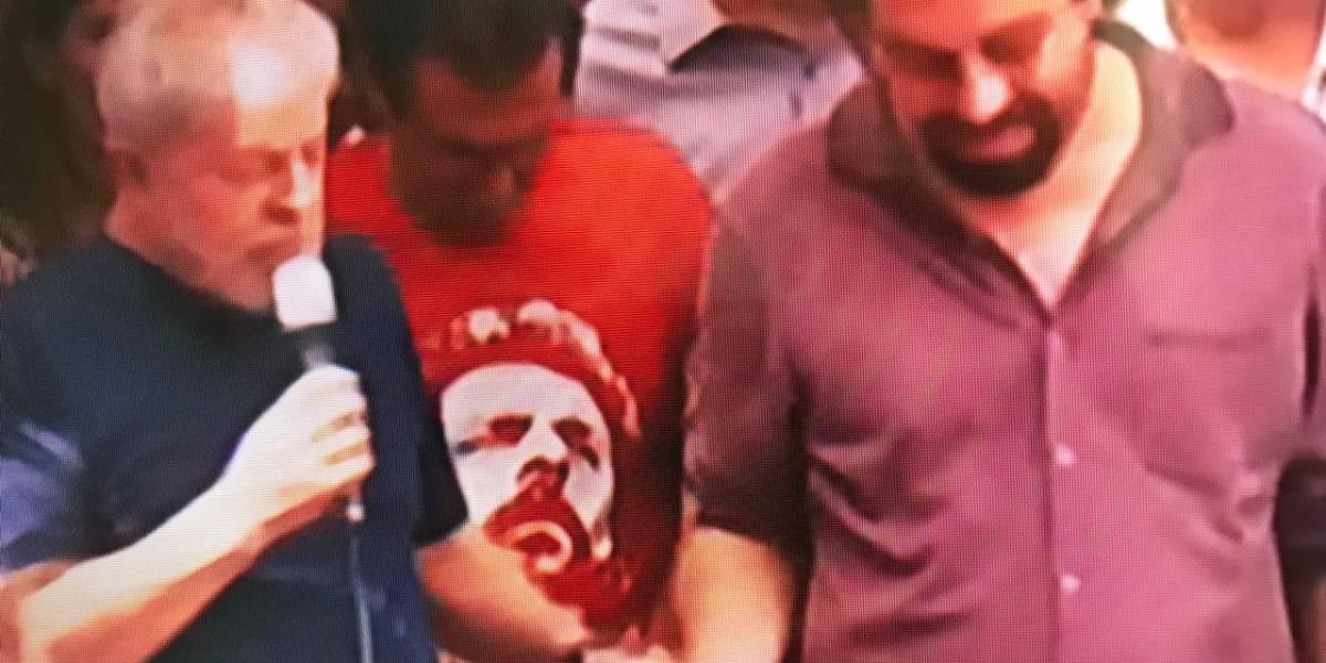 Lula dá a mão para Boulos, candidato do Psol, em discurso