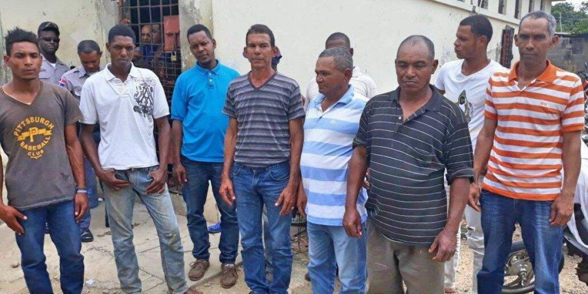 Detienen a 10 hombres por invadir una propiedad en Restauración