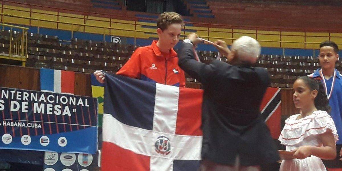 Pedro Cabrera gana plata en individual y por equipo en Tenis Juvenil del Caribe en Cuba