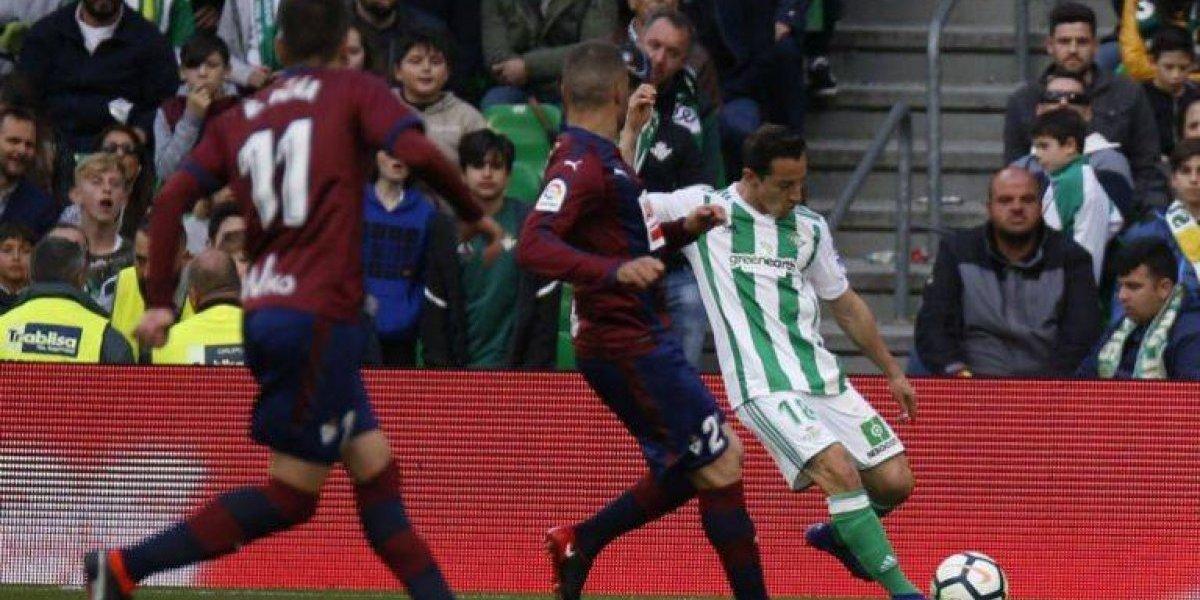 Futbolista agrede a Andrés Guardado en pleno partido