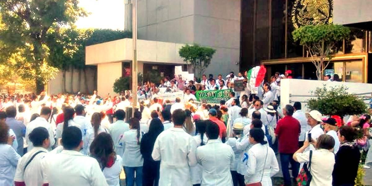 Protestan médicos de Guadalajara por detención de doctor en Oaxaca