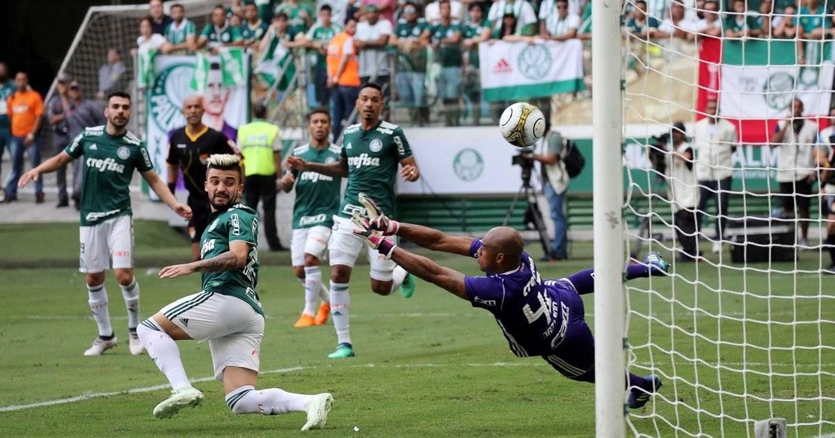 Boa de Rodriguinho desviou em Victor Luis e tirou o goleiro Jailson da jogada no gol do Corinthians Paulo Whitaker/Reuters