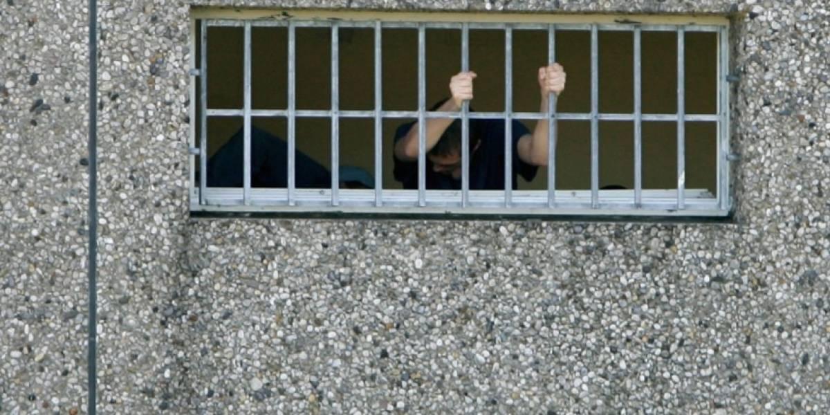 Padre que encerró a su hijo en una jaula durante más de 20 años fue detenido