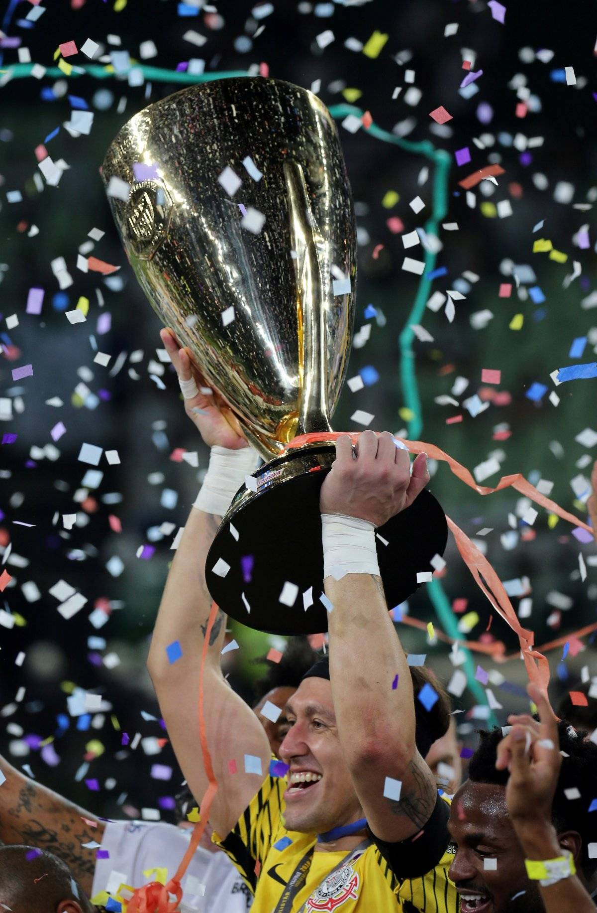 Cássio levanta a taça de campeão paulista Paulo Whitaker/Reuters