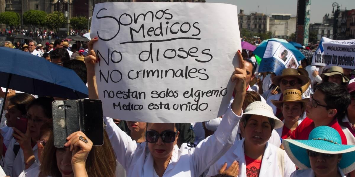 Sonora: marchan médicos para exigir libertad de colega