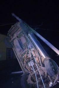 Camioneta queda colgando de los cables de un poste