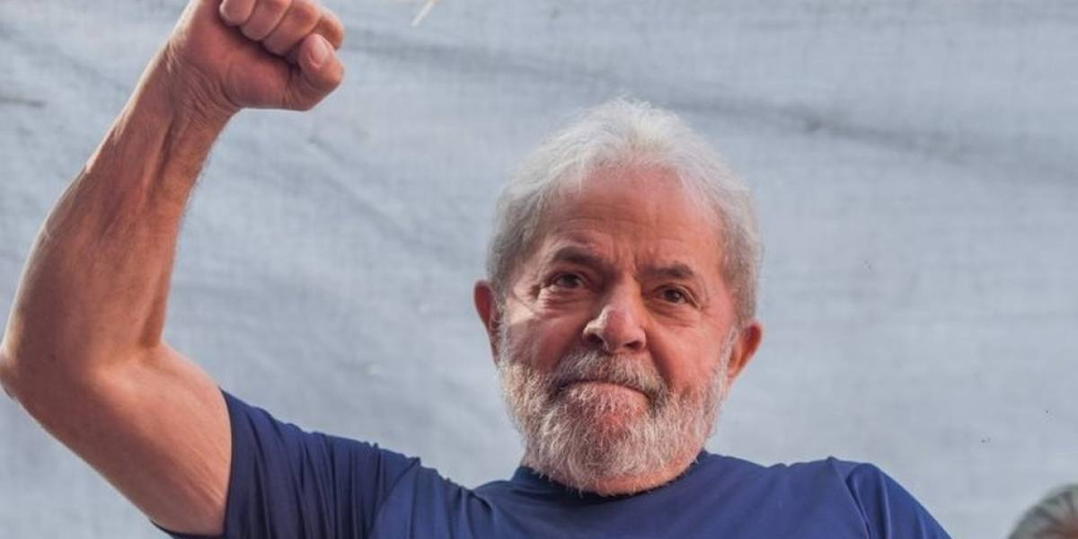 Lula se entrega para a PF em São Paulo e chega a Curitiba