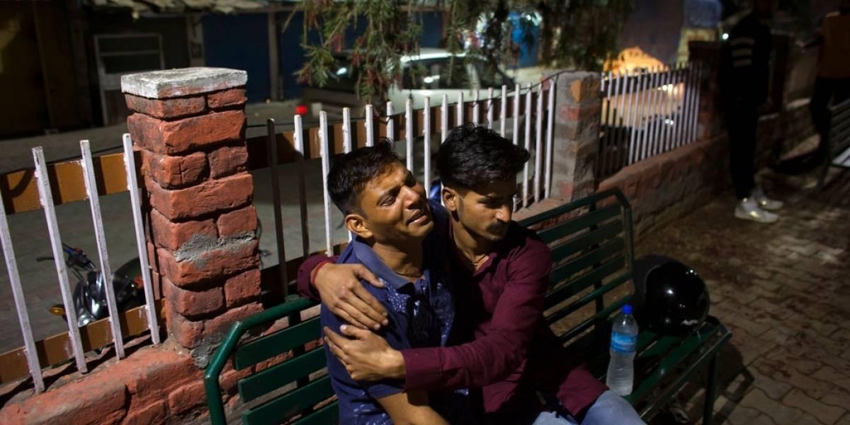 Mueren 27 niños al caer su autobús en la India