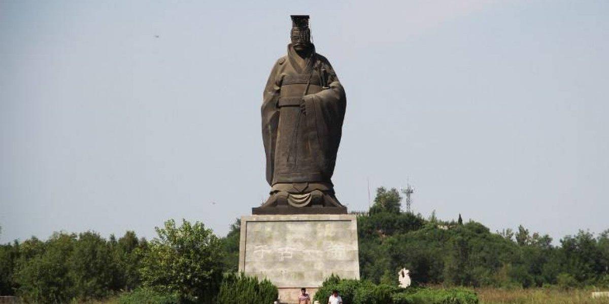 Viento derriba una estatua del primer emperador de China