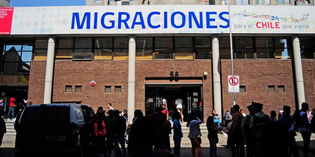 """Vocero del Movimiento de Acción Migrante enfurecido con decreto de Piñera que exige visa a extranjeros: es """"racista y xenófobo"""""""
