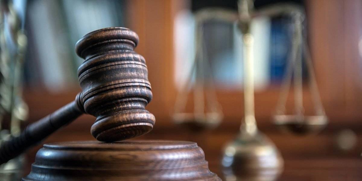 Radican cargos contra hombre por agredir a su pareja y a su hija de 5 años