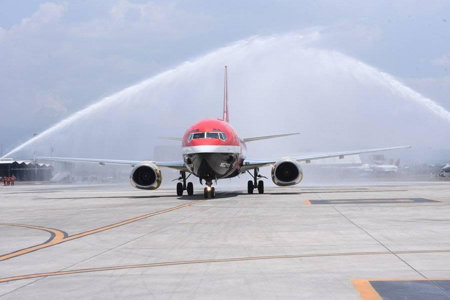 El avión que transporta el trofeo de la Copa del Mundo